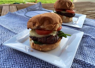 Burger with mozzarella and basil-garlic sauce