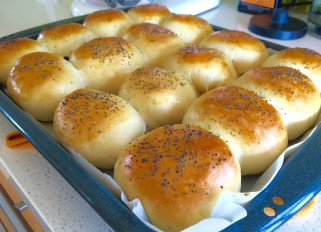 Buns with Poppy Seeds and Raisins