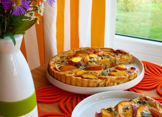 Tart with nectarines and chocolate mint