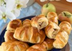 Buns with apples and cinnamon